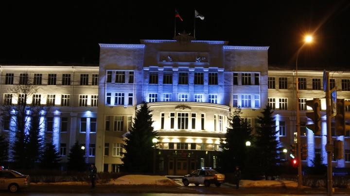 У здания правительства Архангельской области стоят машины полиции, пожарных служб и скорая