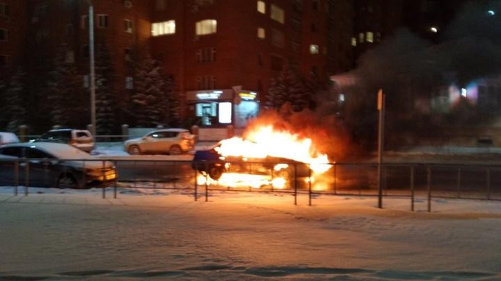 «Был слышен взрыв»: в центре Тюмени вспыхнул автомобиль
