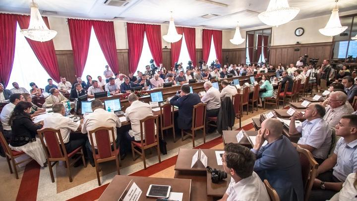 Травников попросил чиновников не брать летние отпуска