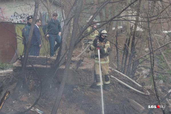 Пожарные не дали огню подняться из низины