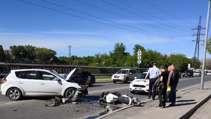 Утром на Клары Цеткин невнимательный водитель KIA сбил мотоциклиста