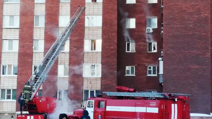 В мороз омичам пришлось спасаться из горящего общежития по пожарной лестнице
