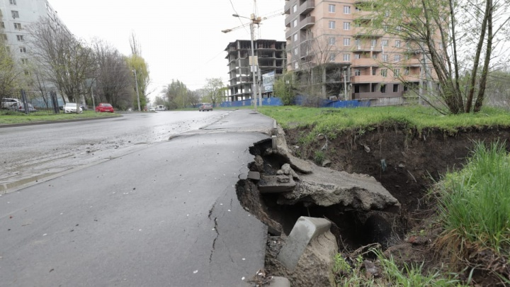 В Ростове на Северном провалилась дорога