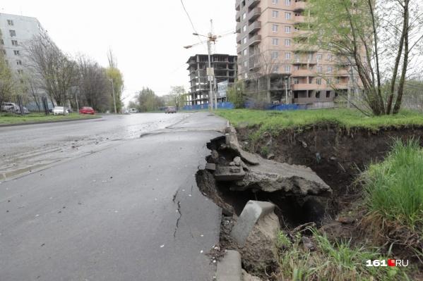 Огромная яма появилась на Комарова