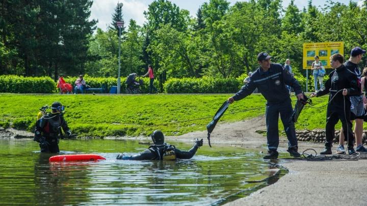 «Мама, смотри — водолазы!»: в Уфе спасатели очистили пруд в парке Первомайский