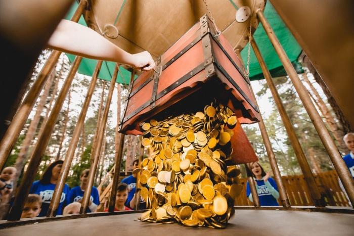 Всё больше детей и взрослых пытаются опустошить сундук с золотом