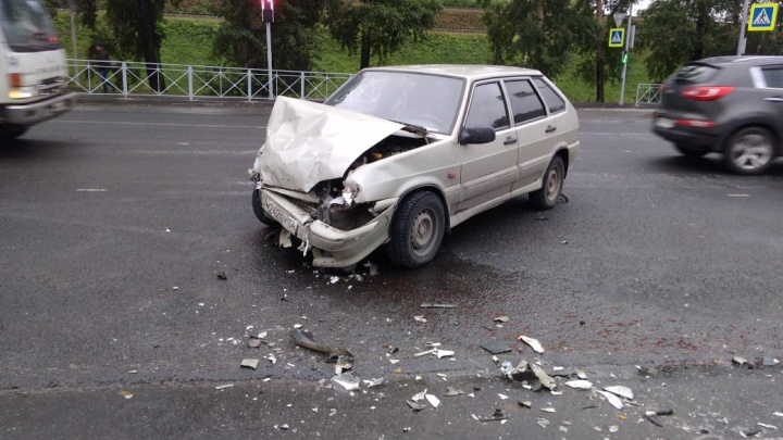 «Тойота» вылетела на тротуар на Первомайской: одного человека увезли на скорой