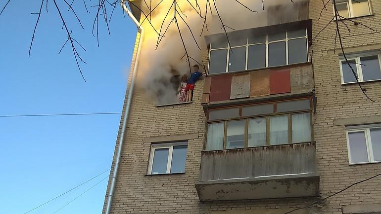 Прыгающих из окна детей ловили взрослые