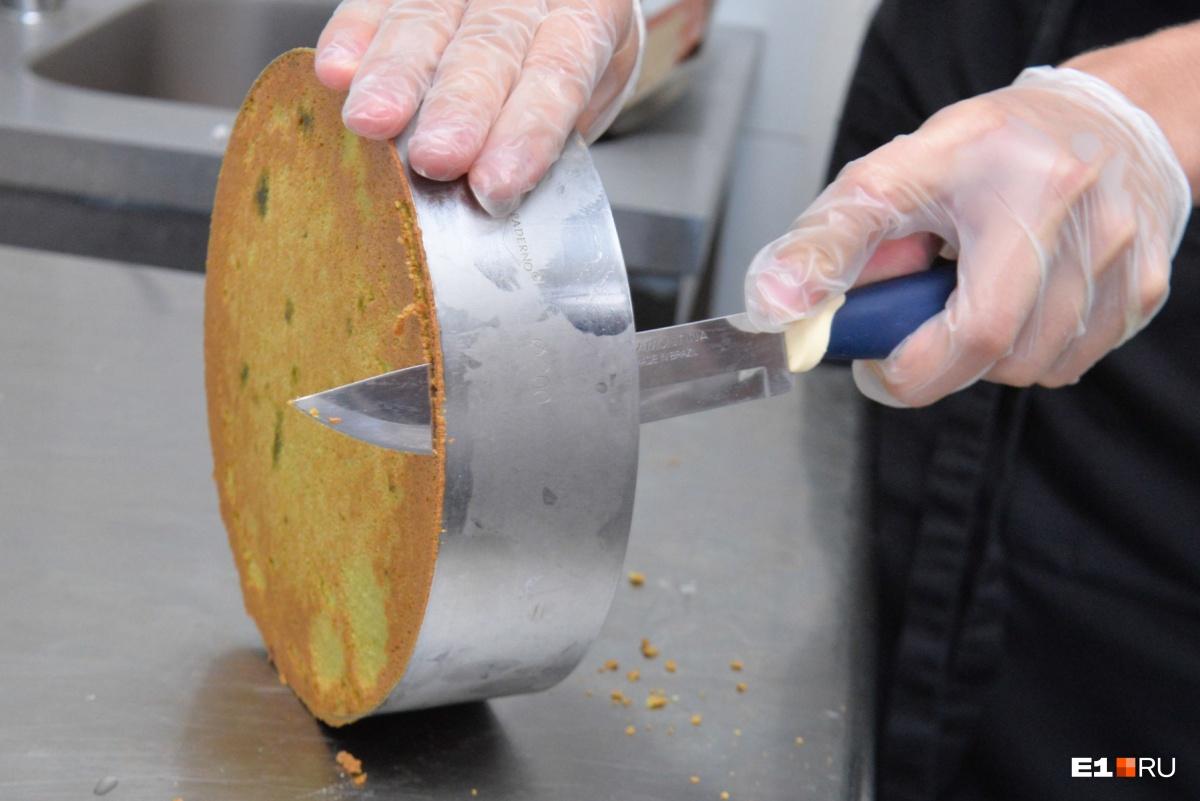 Достаём из духовки первый фисташковый корж и вырезаем из него формы