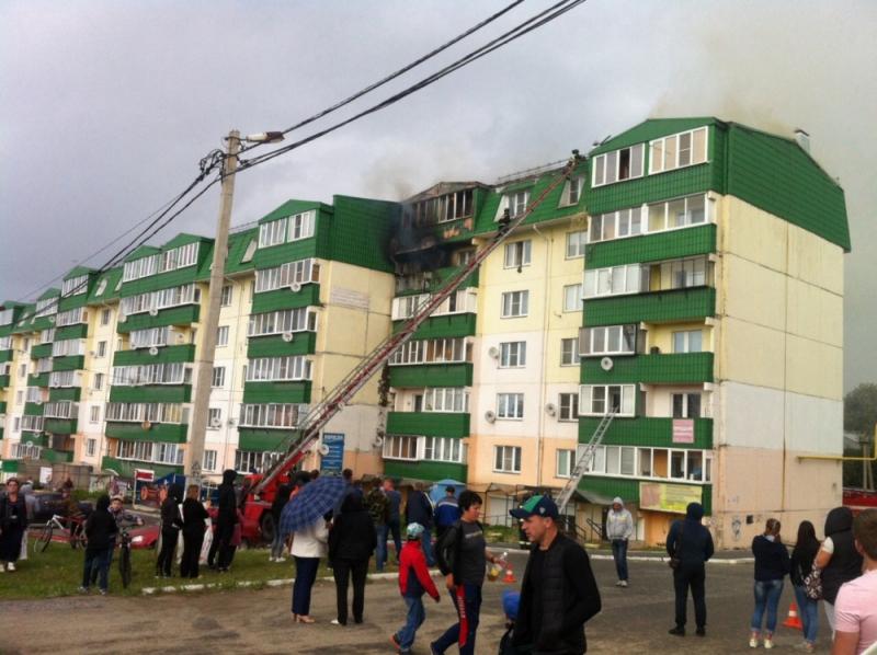 Сгорели несколько квартир на верхних этажах