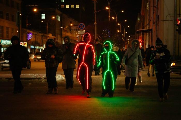 Такие светящиеся человечки гуляли по улицам Екатеринбурга в 2013 году
