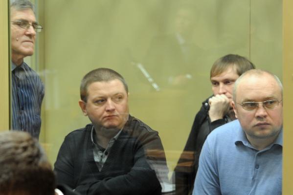 Владимир Алексеев, он же Вова Беспредел, (подпирает голову рукой) и Вячеслав Цеповяз (в черном джемпере) на одном из судебных заседаний