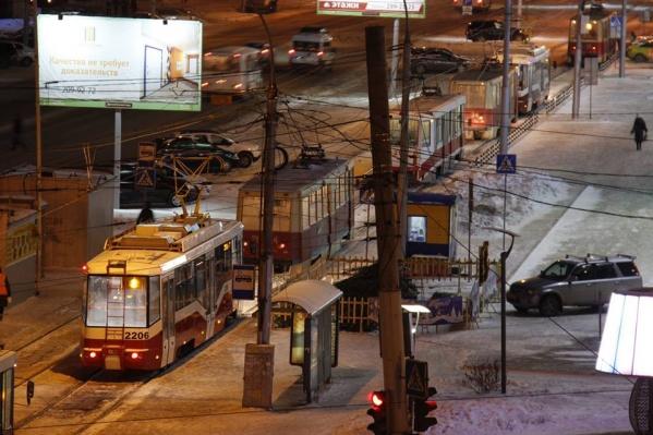 Трамваи стояли в сторону улицы Титова
