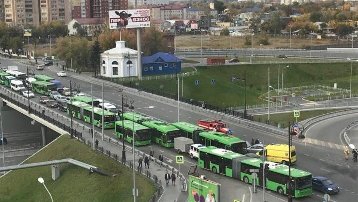 Около десяти автобусов застряли в пробке из-за аварии на Первомайской
