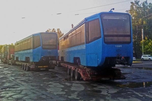 Трамваи привезли сегодня утром — пока их даже не сняли с тележки