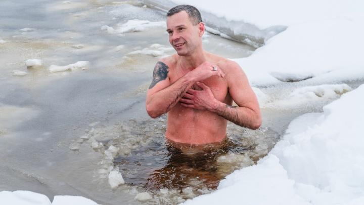 Закопался в снег и искупался в ледяной Каме. В Перми побывал Повелитель холода