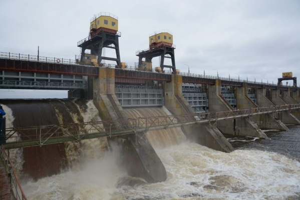 Открытие плотины связано с пропуском «лишней» воды в Куйбышевском водохранилище (находится на территории Ульяновской области и Тольятти)
