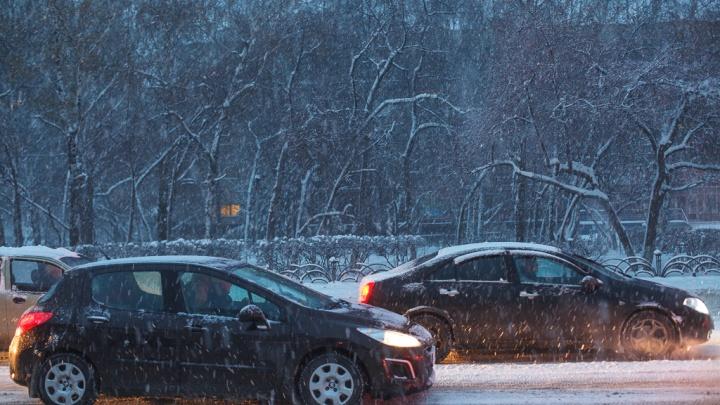 Возможны сильные заносы: дорожники предупреждают о снегопаде на тюменских трассах