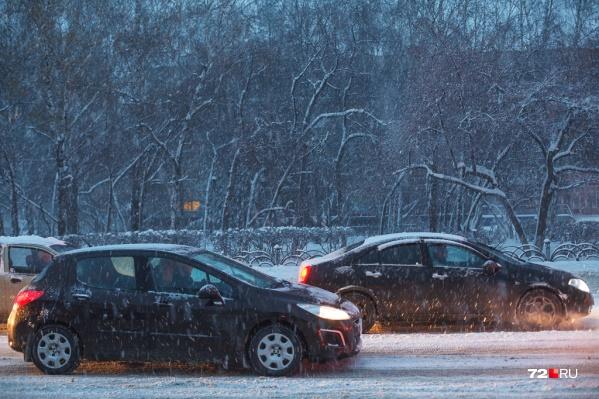 Во время непогоды автомобилистов просят быть внимательными и аккуратными на дорогах