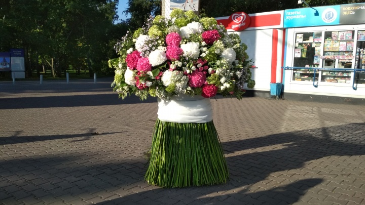 На площади Ленина поставили огромный букет, поющий голосом Ольги Бузовой