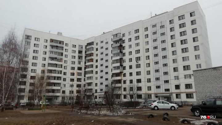 В ярославском дворе в машине умер мужчина