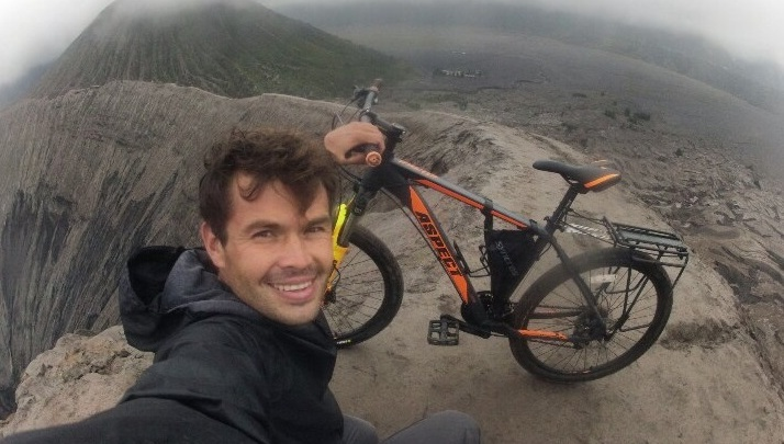 Екатеринбуржец проехал на велосипеде по жерлу вулкана