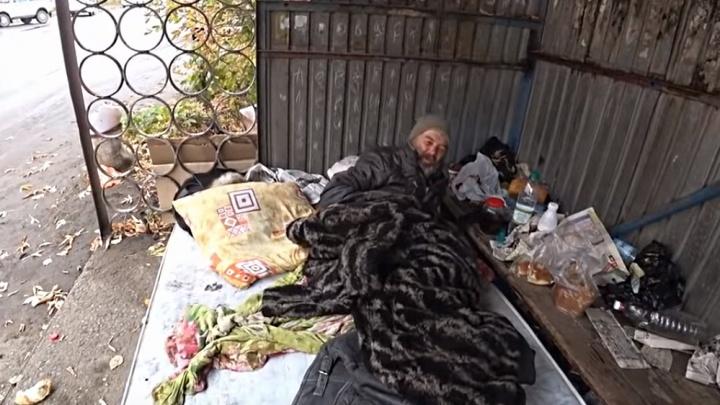 Мужчина из Канска решил жить на остановке. Все его жалеют, но зря