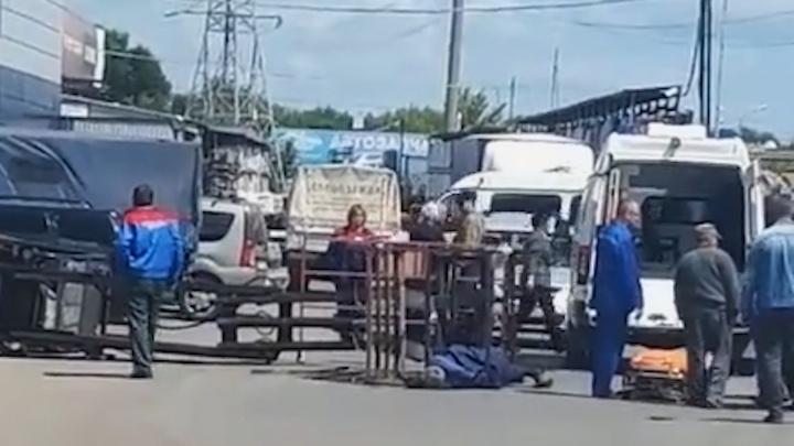 В Уфе опрокинулся погрузчик с двумя рабочими, есть жертвы