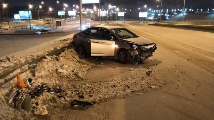 HyundaiSolaris въехал в забор рядом с Бердским шоссе на Разъезде Иня