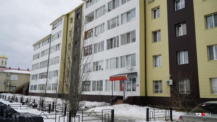 Пенсионер, которого убило глыбой льда в Боровском, шел писать завещание. Трагедия попала на видео