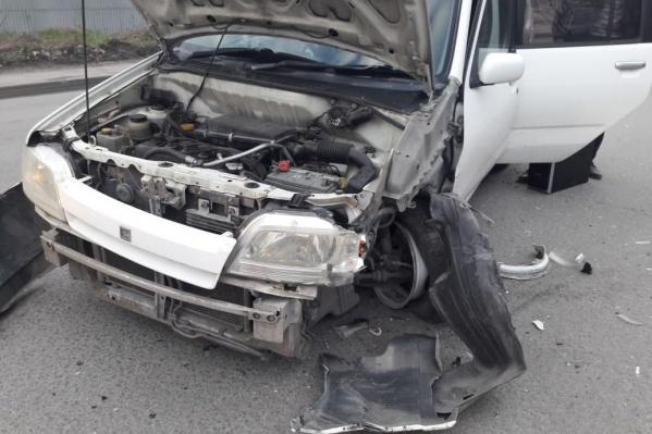 При столкновении у «Ниссана» разорвало передний бампер