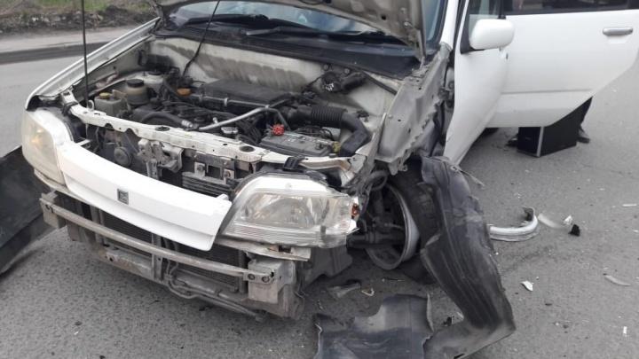 Женщина за рулём «Ниссана» не заметила встречную «Тойоту»и врезалась в неё