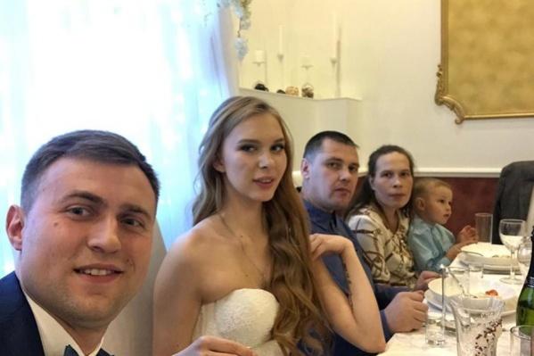 Избранником Яны Шевцовой стал финансист Виктор (на фото слева)