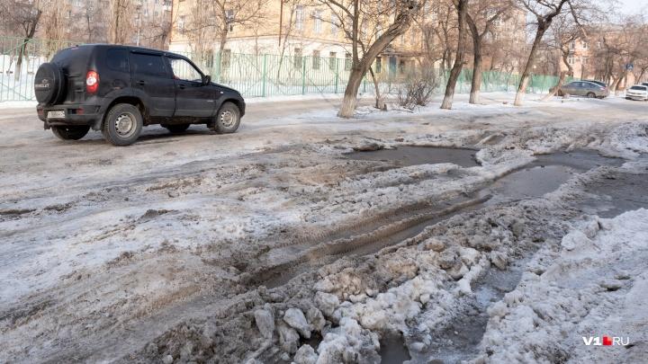 «Автобусы ездят по тротуарам»: огромные ямы «съели» дорогу в Краснооктябрьском районе Волгограда