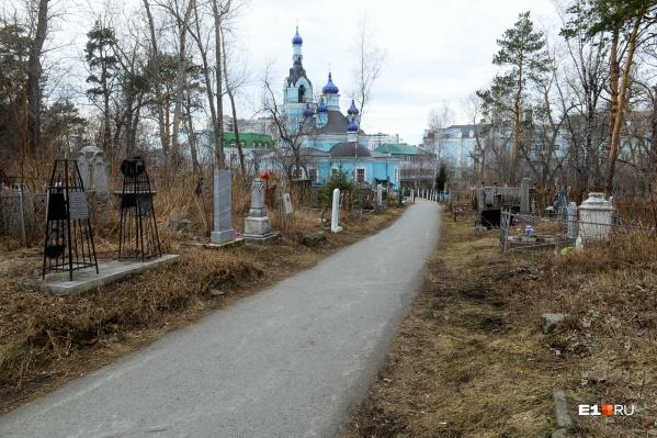 Если идти по центральной аллее, то Ивановское кладбище выглядит неприметно, но тут много старинных надгробий