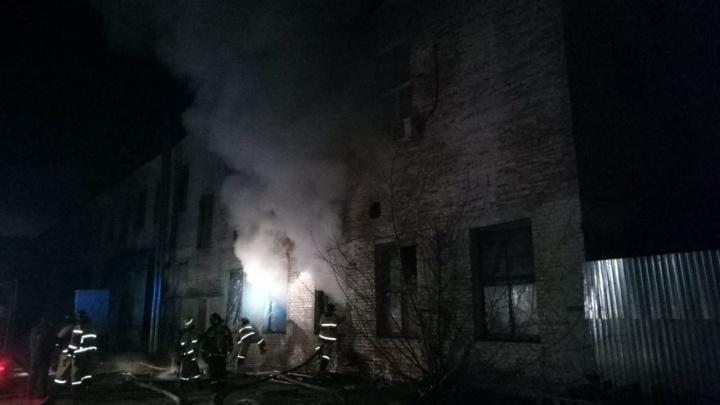 В Башкирии ночью загорелось здание завода«Роснефтьмаш»