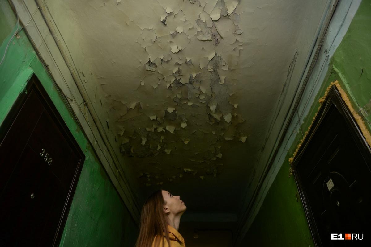 Потолок в этом подъезде удивительный