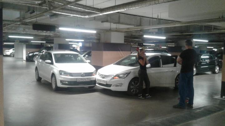«Фольксваген» и «Хёндэ» не поделили дорогу на подземной парковке «Ауры»