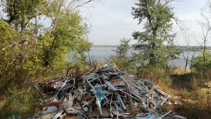 «Горы мусора и строительных отходов»: в Волгограде убивают парк на берегу Волги