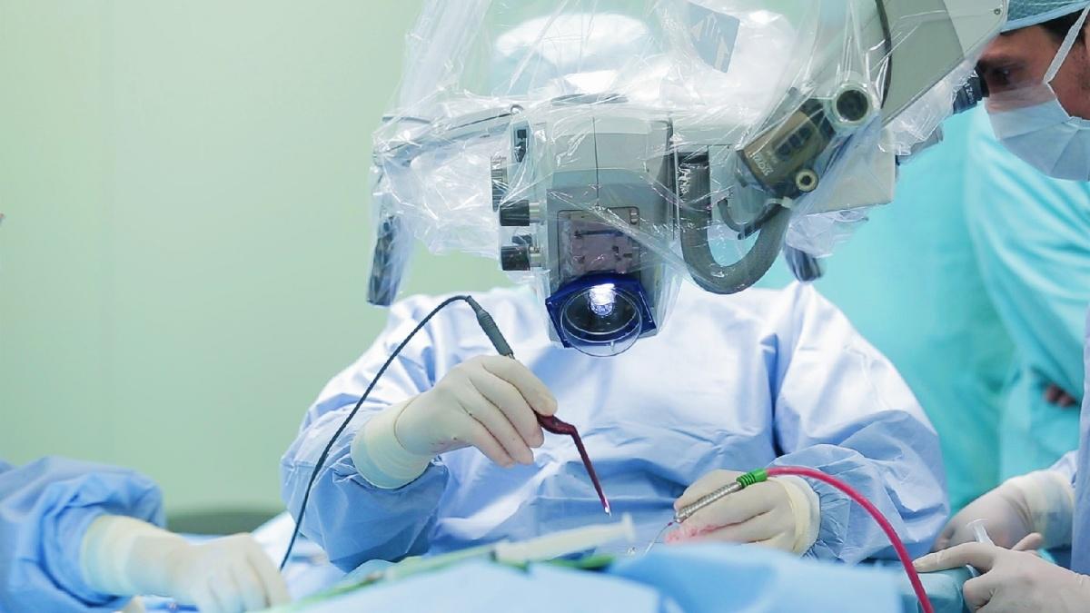 Хирург говорит, что старается с каждым пациентом поподробнее поговорить и понять его