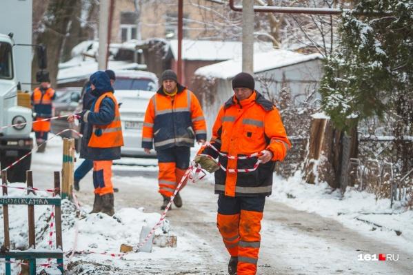 На месте аварии работают две бригады из девяти человек