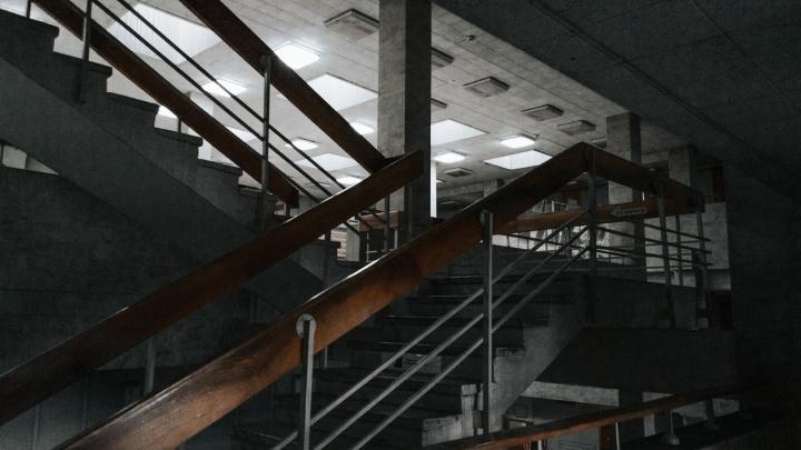 «Висящий в воздухе этаж»: новосибирец опубликовал мрачные фото из библиотеки Краснообска