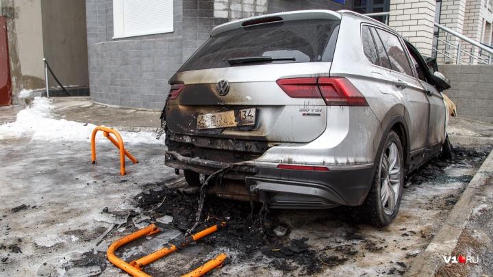 Неисправная техника: в Волгограде сгорел внедорожник Volkswagen Tiguan