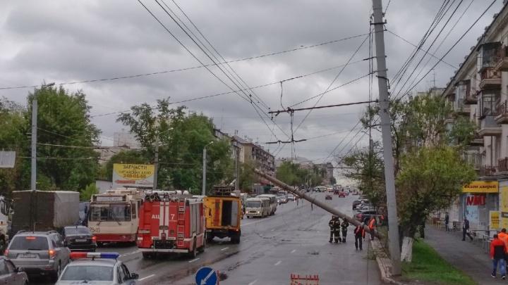 «Троллейбусы в центр встали»: над Свердловским проспектом повис бетонный столб