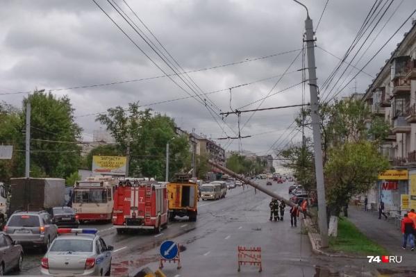 Столб упал у дома №8 на Свердловском проспекте