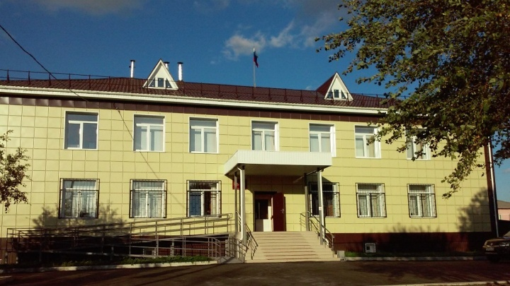 В Кормиловском районе чиновники отняли у 40-летней жительницы квартиру и получили условные сроки