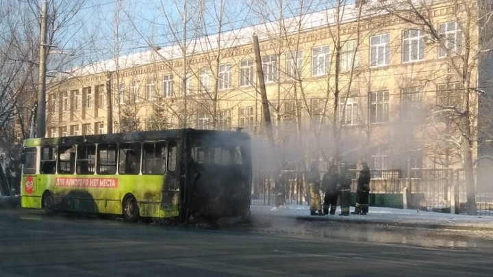 «Вспыхнул за считаные секунды»: возле остановки в Челябинске загорелся автобус с людьми