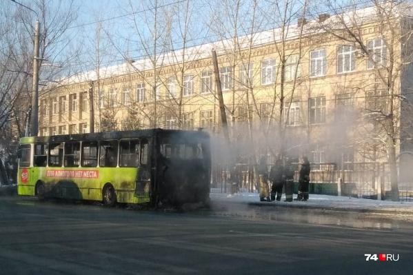 Пожар разгорелся, когда автобус отъезжал от остановки