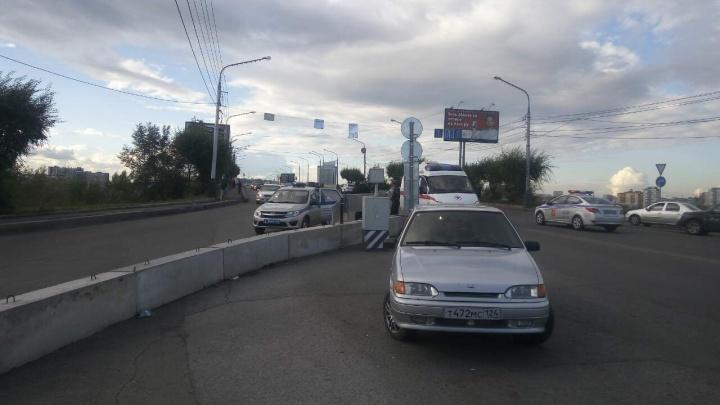 Полиция и «скорая» приезжали на Коммунальный мост задерживать мужчину