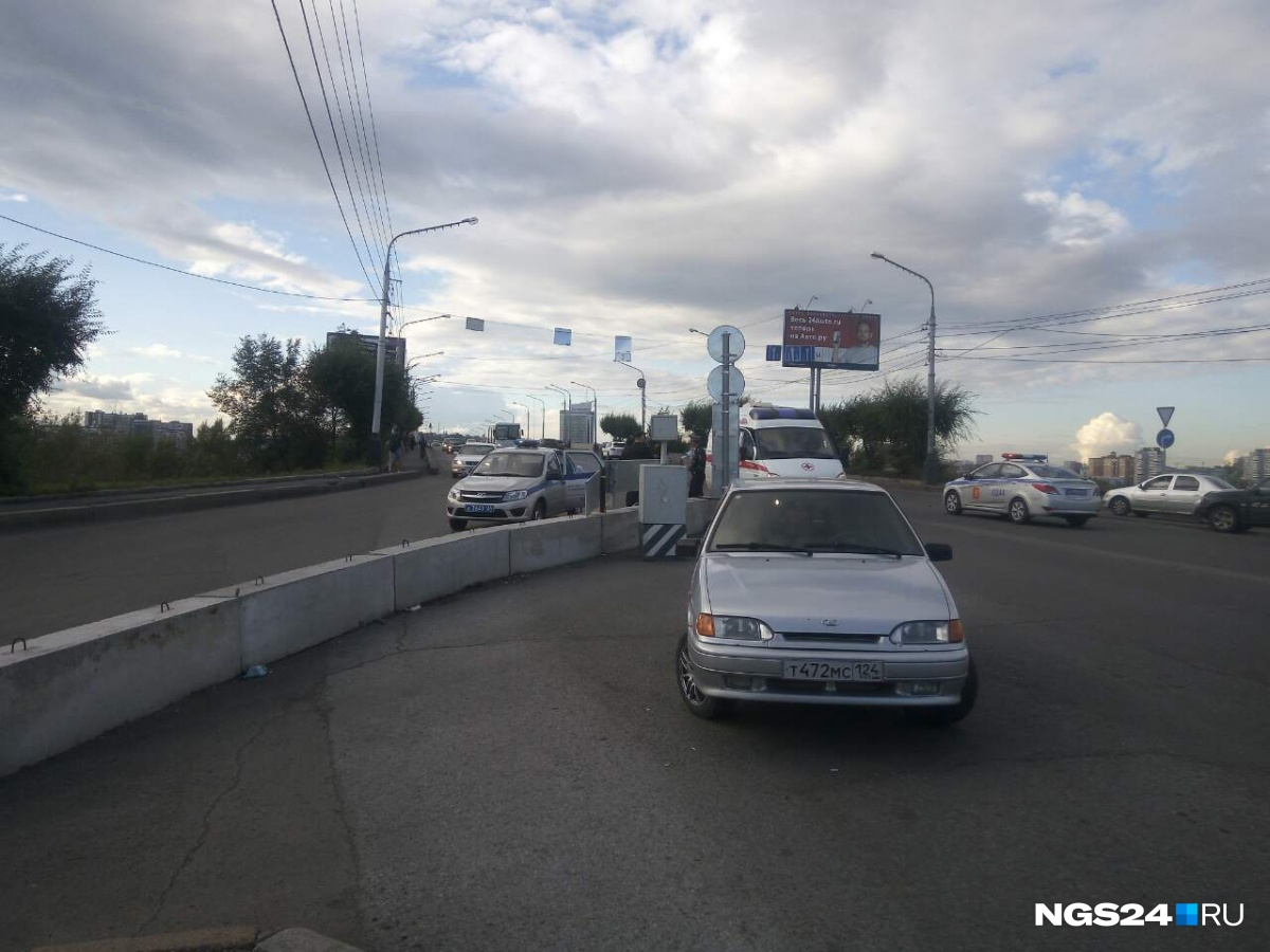ВКрасноярске наКоммунальном мосту полицейские задержали голого мужчину